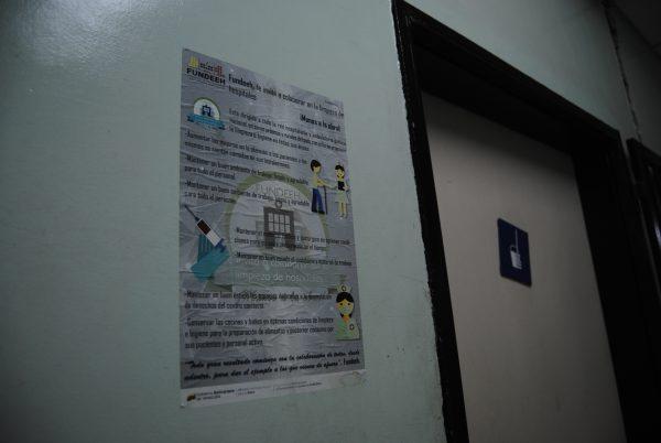 Un cartel de la Fundeeh invita a mantener la limpieza en el Hospital de Los Magallanes, donde con frecuencia falla el agua