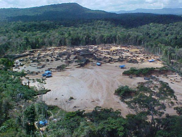 Impacto de la mineria sobre en Rio Ikabarú, municipio  Gran Sabana