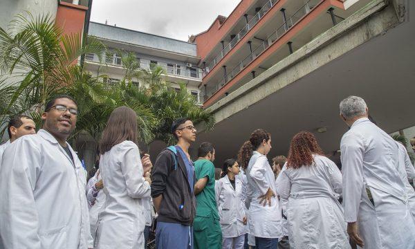 PROTESTA DE MEDICOS Y PERSONAL OBRERO DEL CLINICO UNIVERSITARIO. (5 de 13).jpg.980x588_q85_box-0,0,1000,600_crop_detail