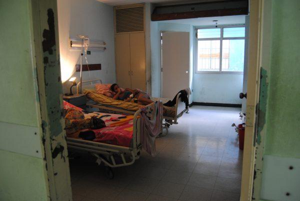 Pacientes de Los Magallanes de Catia llevan sus propias lámparas porque no hay luz en las habitaciones