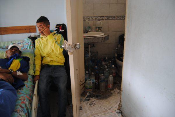 Con recipientes de refrescos, los pacientes enfrentan la falta de agua en el Hospital de Los Magallanes de Catia
