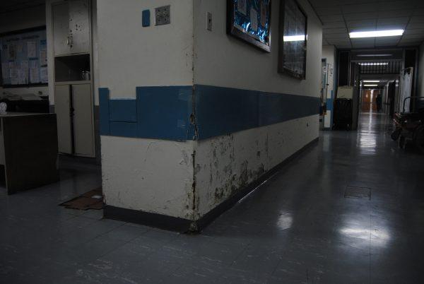 Las filtraciones de las tuberías en el Hospital de Los Magallanes de Catia han deteriorado muchas de sus paredes